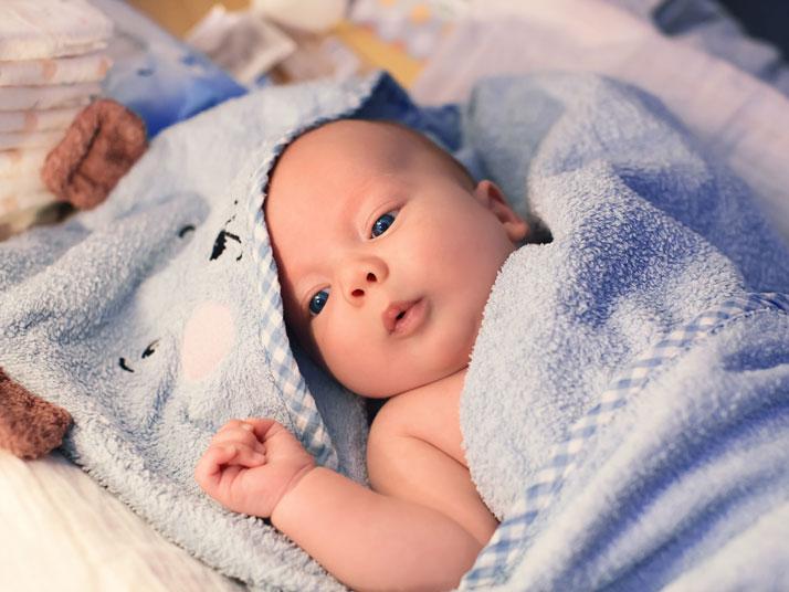 bambino avvolto in un asciugamano morbido