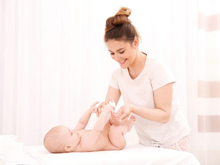 mamma applica una crema protettiva