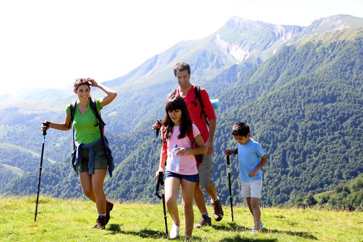 Famiglia che fa trekking