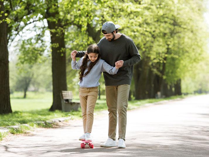 Papà e figlia in skateboard
