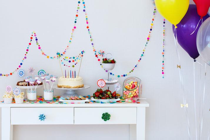 tavolo con buffet di dolci per una festa di compleanno