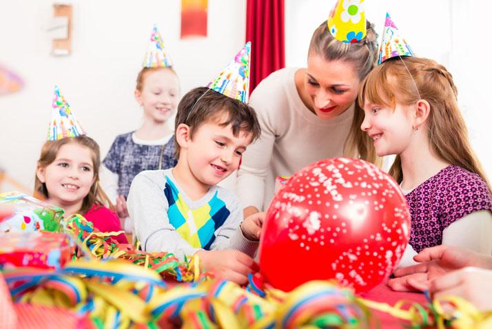 animatore con bambini ad una festa di compleanno