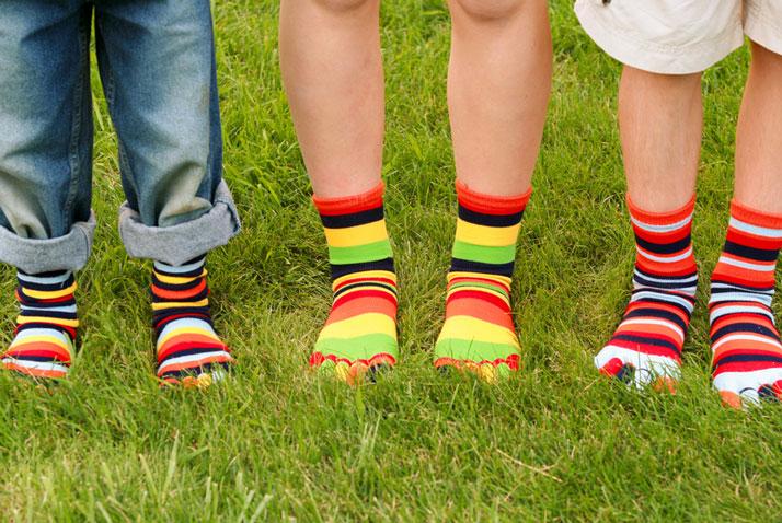 bambini con le calze colorate