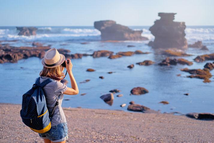 glamping ragazza fotografa il panorama