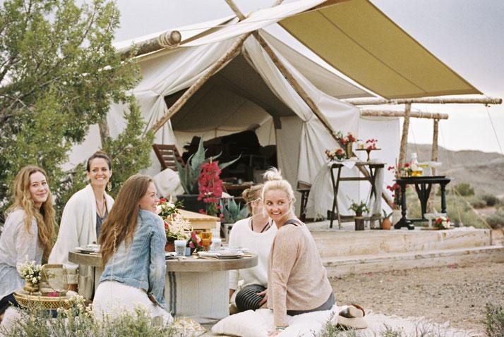 glamping ragazze stanno insieme intorno al tavolo