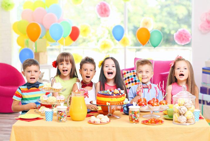 bambini invitati alla festa di compleanno