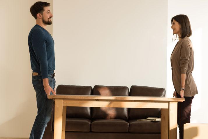 coppia sposta un tavolo