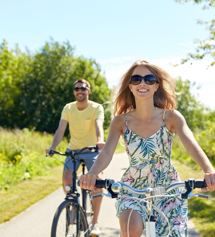 coppia in vacanza in bicicletta sotto il sole