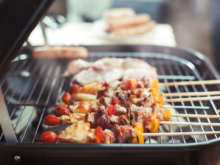 spiedini cotti sul barbecue all'aperto